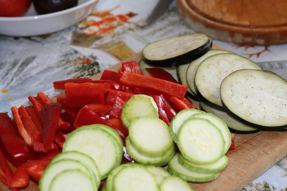 Friptura de porc cu salata de legume coapte