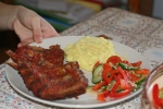 coaste de porc la cuptor, cu piure a la Gordon Ramsay si o salata de cruditati