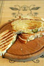 Sandwich la grill cu branza cheddar si castraveti murati